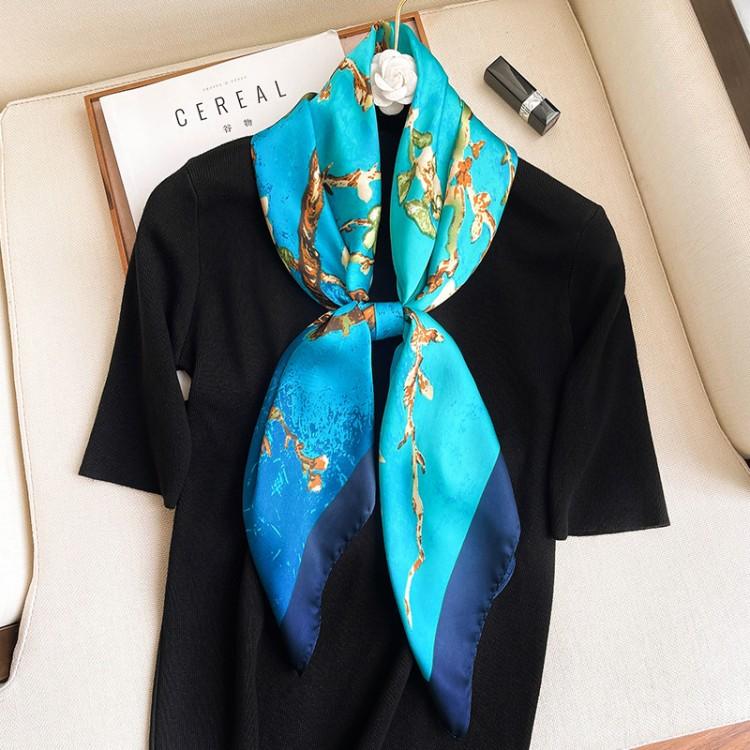 Шовкова хустка блакитна з принтом цвітіння мигдалю 90*90 см