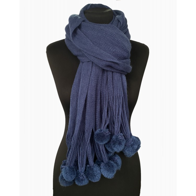 Вязаный шарф с помпонами