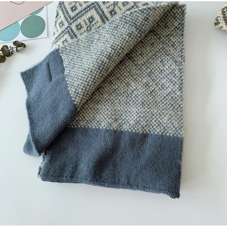 Вязаный шарф с узором снежинки