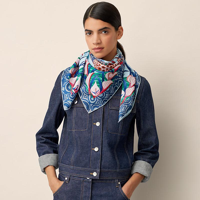 Жіночий синій шарф з ліліями