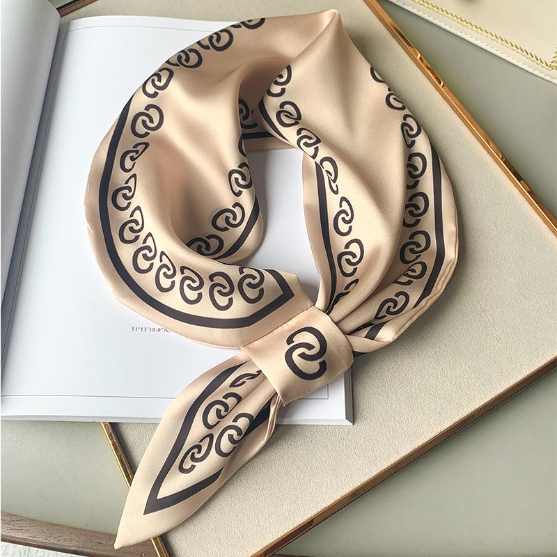 Фото красивого тонкого шарфа на шию